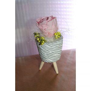 Rose éternelle rose tendre en pot sur pied décors nid d oiseau